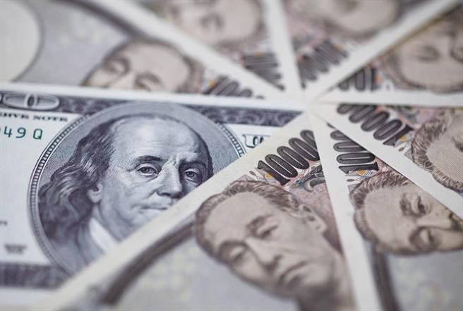 耶魯學者羅契認為美元長期趨勢走貶,甚至可能崩盤。(路透資料照)