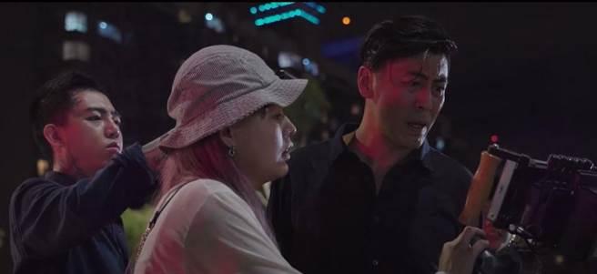 維勳敬業在MV雨中崩潰,演技精湛(圖片翻攝至謝和弦YouTube)