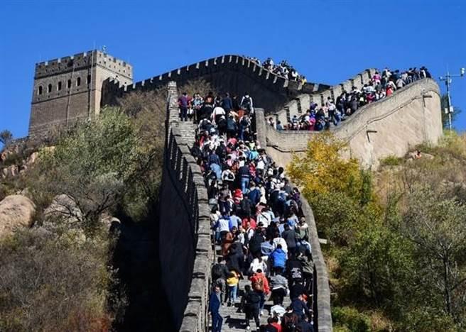 北京八達嶺長城是熱門景點之一。(中新社)