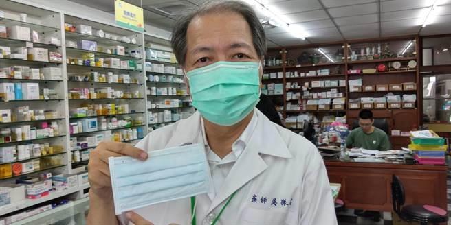 台南市藥師公會理事長吳振名認為雙鋼印口罩的打印位置應該統一。(程炳璋攝)