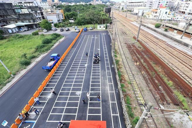 大甲火車站人行跨越橋暨甲后停車場於今天完工啟用。(陳淑娥攝)