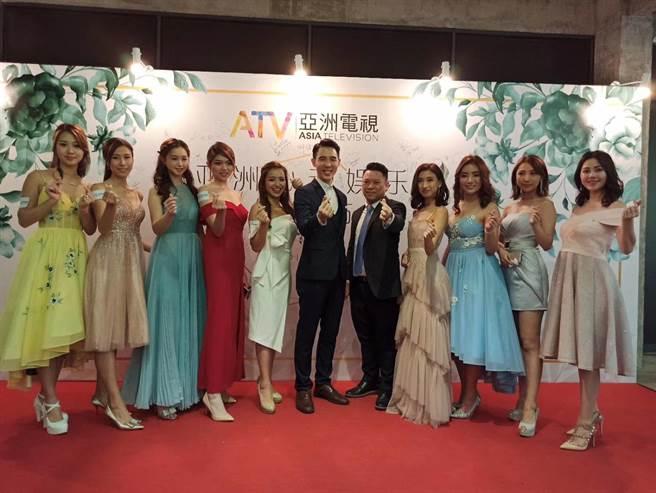 亞視執行董事陳偉傑與亞洲心動娛樂馬來西亞副總裁陳軍凱率領團隊合影。(亞視提供)