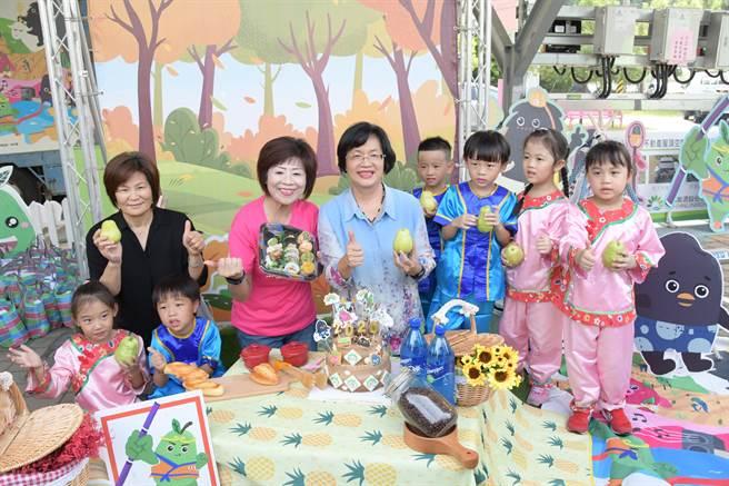 王惠美(中)說,往年民眾的民眾都反映熱烈,因此今年擴大舉辦,以黑泥為主,讓大家換起小時候玩泥巴的回憶,親近土地,感受彰化農村之美。(吳建輝攝)