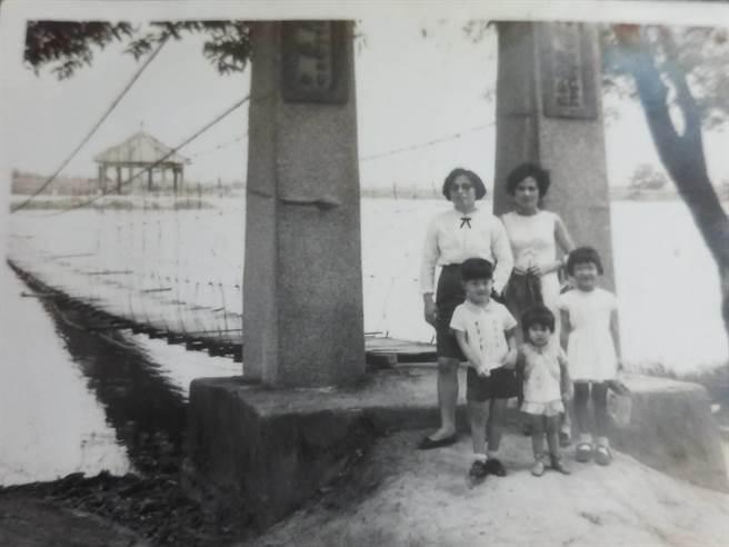 1969年至虎頭埤家庭旅遊/王榮森提供。(台南市觀旅局提供/劉秀芬台南傳真)