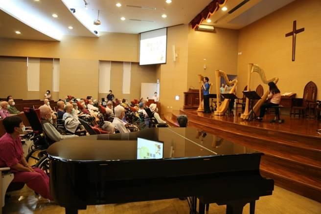 麻豆新楼医院24日邀请蒙纳米竖琴乐团举办竖琴演奏会,护理之家的住民及其亲属也一同欣赏。(麻豆新楼医院提供/刘秀芬台南传真)