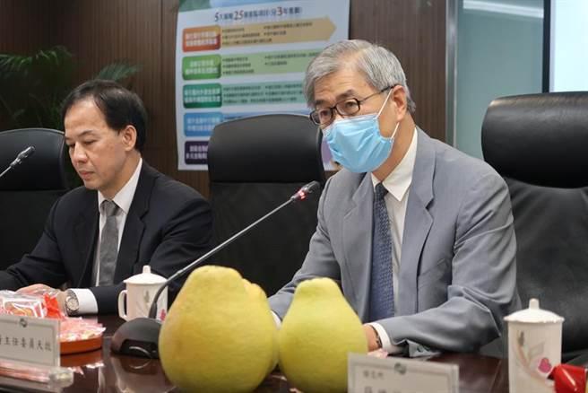 金管会主委黄天牧(右)与证期局局长张振山(左)共同宣布资本市场未来三年蓝图。图/魏乔怡摄
