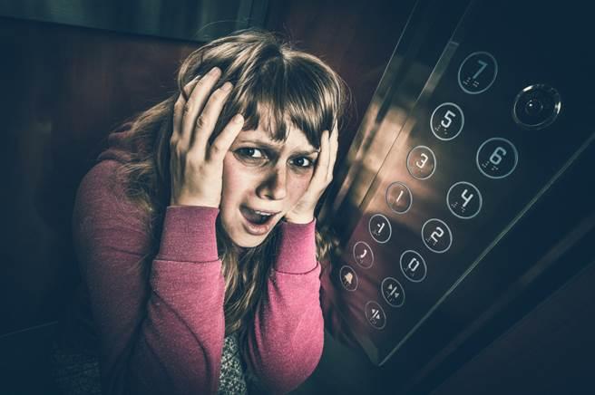 近日有一位13歲的小男童出門上學時遇到電梯故障,沒想到他既不驚也不慌,還拿出書包裡的作業出來寫。(示意圖/Shutterstock)