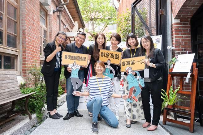 台灣創意高齡推動發展協會將在10月推出首屆台灣創齡藝術節,舉辦藝術活動,陪伴長者生活。後排左二為資深媒體人高有智,右三為春河劇團團長郎祖筠。(安可人生提供)