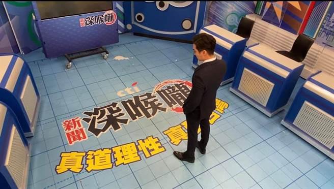 型男主播王又正告別主持1年多的《新聞深喉嚨》。(取自新聞深喉嚨臉書)