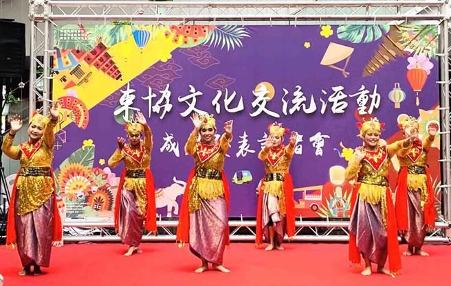 經發局成果發表會中,特邀請新住民穿著東南亞傳統服飾進行舞蹈表演,讓民眾享有偽出國的旅遊感受。(台中市政府提供/陳世宗台中傳真)