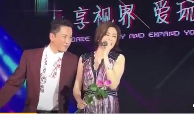 關之琳2年前與毛寧商演影片近日在陸網瘋傳。(取自微博)