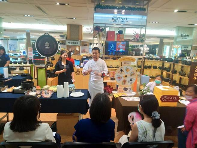 名廚邱寶郎示範如何透過大古鐵器新品「樂炊鍋22cm」,半小時內美食就能輕巧上桌!(圖/曾麗芳)
