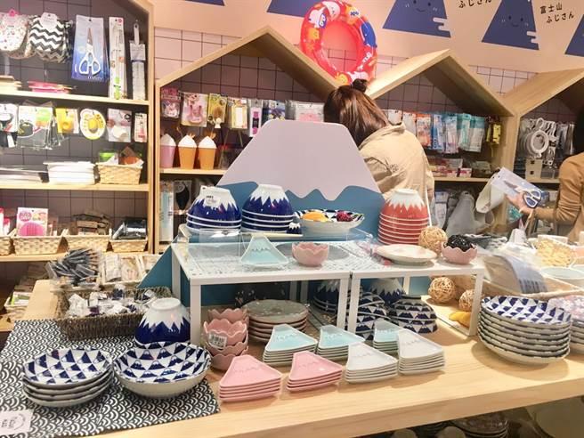新光三越台北南西店日本展有本知名商店「Can Do」快閃,帶來49元均一價的日式雜貨,富士山餐盤獨具特色。(郭家崴攝)