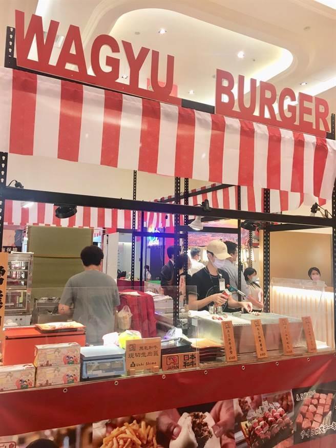 鹿兒島黑牛是頂級和牛油花平均、入口即化,這次也在新光三越台北南西店日本展有初次參展的A5和牛漢堡、串燒等現場料理的美食。(郭家崴攝)