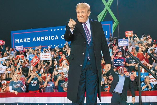 美國總統川普,22日參加在賓州西部月亮鎮的造勢大會。他對美國新冠肺炎死亡人數跨過20萬相當遺憾,但自誇政府表現出色,否則因疫情喪命的人數,恐飆到250至300萬。(美聯社)