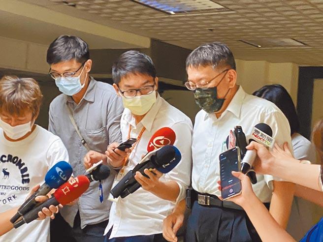 內湖未立案養護所大火死3人。議員轟柯市府螺絲鬆了,台北市長柯文哲(右)被媒體堵訪時僅說:「鬆是不會鬆啦,該處理就要處理。」(張穎齊攝)