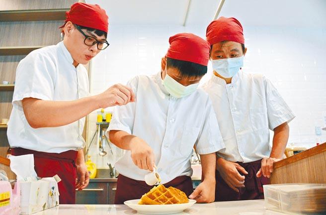 董家瑋(左)仔細教導餐點製作過程,漸漸與阿樺(中)及阿勝磨出好默契。(林和生攝)
