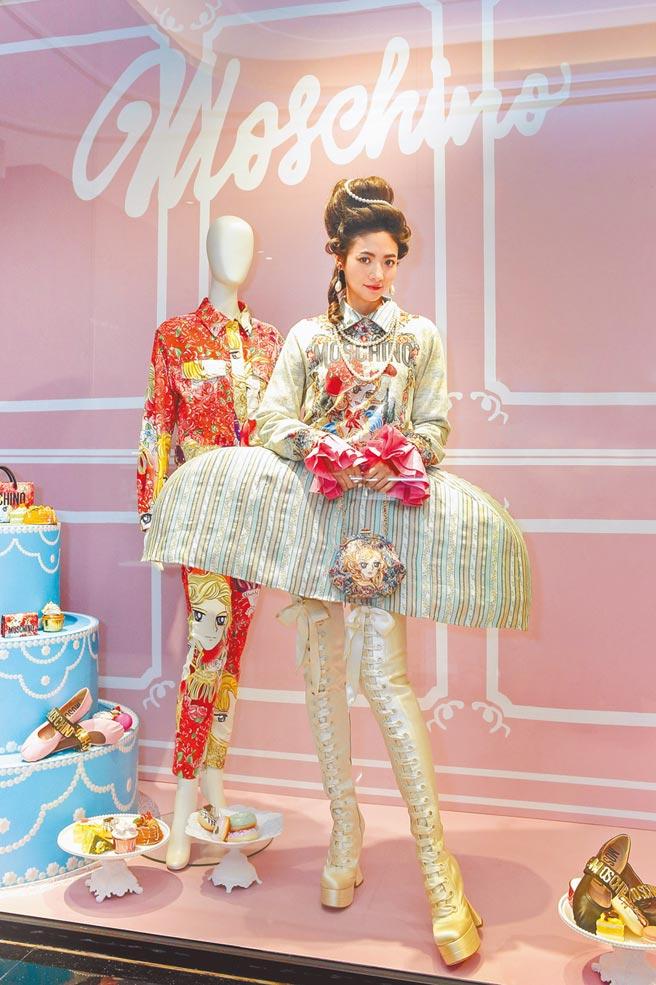 謝沛恩變身瑪麗安東妮皇后,完美重現Moschino秋冬「貴族風」,Moschino凡爾賽玫瑰針織上衣2萬8800元,其他配件價格店洽。(Bluebell提供)
