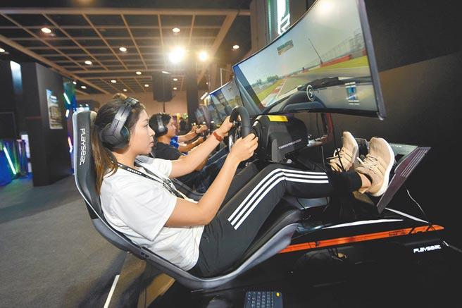 大陸民眾試玩電競賽車遊戲。(中新社資料照片)