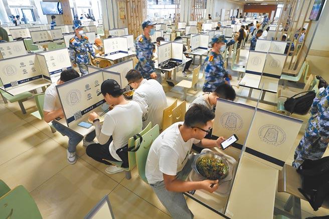 大陸封校防疫造成大學內民生消費漲價。圖為8月底北京化工大學學生在校內餐廳隔離用餐。(中新社資料照片)