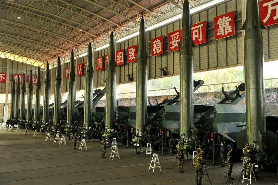 前總統陳水扁因洩露大陸導彈部隊在沿海部署的訊息,導致台灣軍情局情報人員30多人被捕,其中至少17人被判處10以上重刑。圖為大陸導彈部隊展示彈道導彈。(圖/中新社)