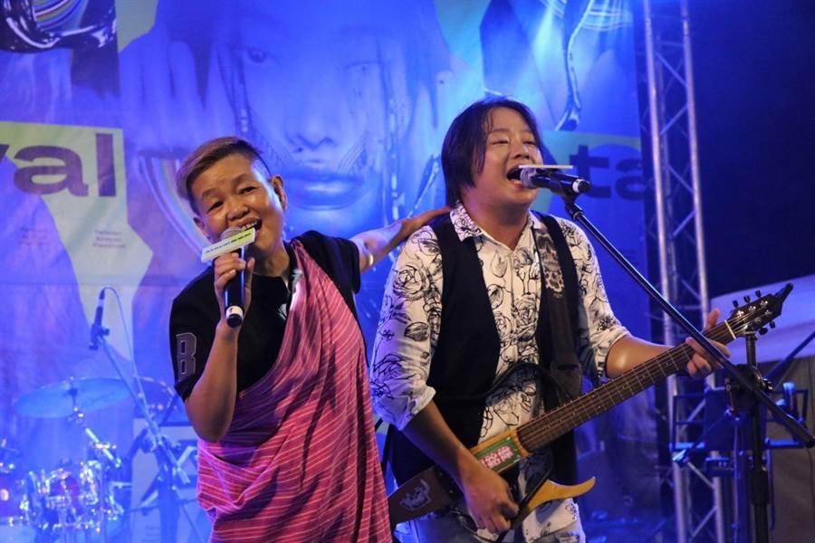 賴銘偉和媽媽同台演唱。(Atayal泰雅音樂節提供)