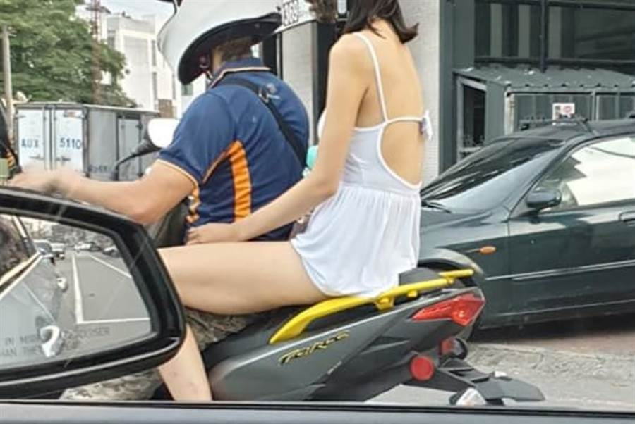 原PO開車在路邊盯看機車後座的妹子。(圖/翻攝自臉書)