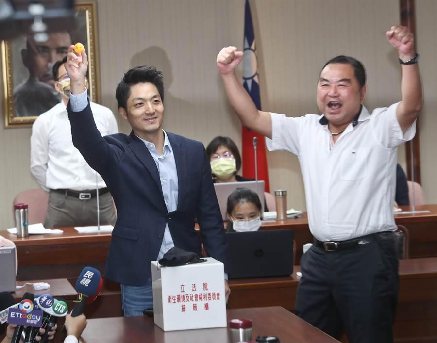 蔣萬安(左)抽中衛環委員會召委,蔣與一旁的同黨籍立委徐志榮(右)振臂歡呼慶祝。(資料照,劉宗龍攝)