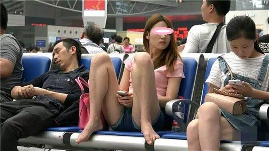網友看到照片竟歪樓在她的美貌長相。(圖/翻攝自微博)