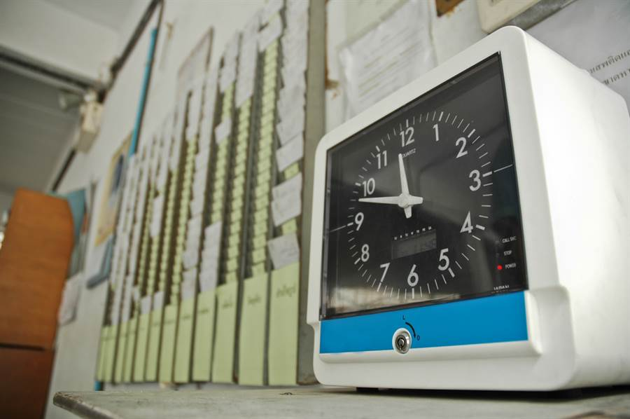 遲到10分鐘扣半天薪水合法嗎?勞動局給答案。(示意圖/達志影像)