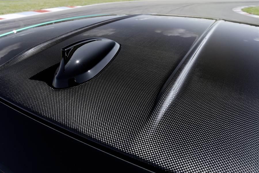 新M3 / M4車頂均標準由CFRP碳纖維增強塑料製成。這種極輕高科技材料的使用可降低整體重心,提高了操控靈活性與穩定度。另外,還特別增加了CFRP車頂上縱向延伸的雙鰭片來優化車頂氣流的整流效果。想要享受陽光洗禮的客戶,BMW也提供具備玻璃傾斜/電動天窗的鋼製車頂作為免費選配,其天窗的透明部分比上一代M3、M4分別長了100 mm、24mm。