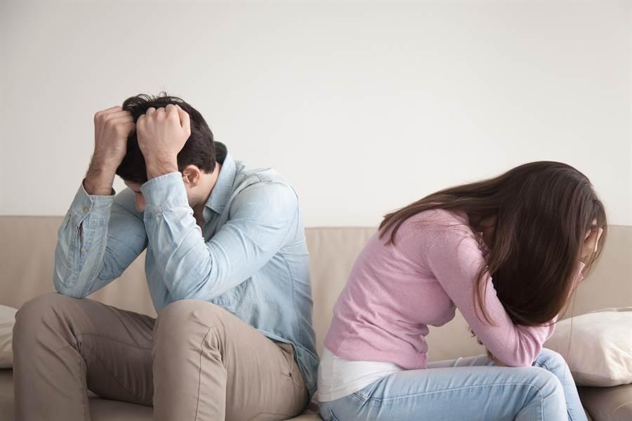 情侶吵架,女友疑似想佯裝上吊來吸引男友注意,但不料卻弄假成真。(圖/示意圖,達志影像)