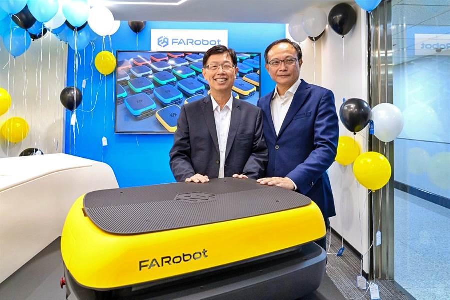 鴻海攜手凌華合資設立子公司FARobot法博智能移動,23日舉行開幕酒會,鴻海董事長劉揚偉(左)、凌華董事長劉鈞(右)與AMR移動式機器人「Bumblebee One」合影。(FARobot提供)