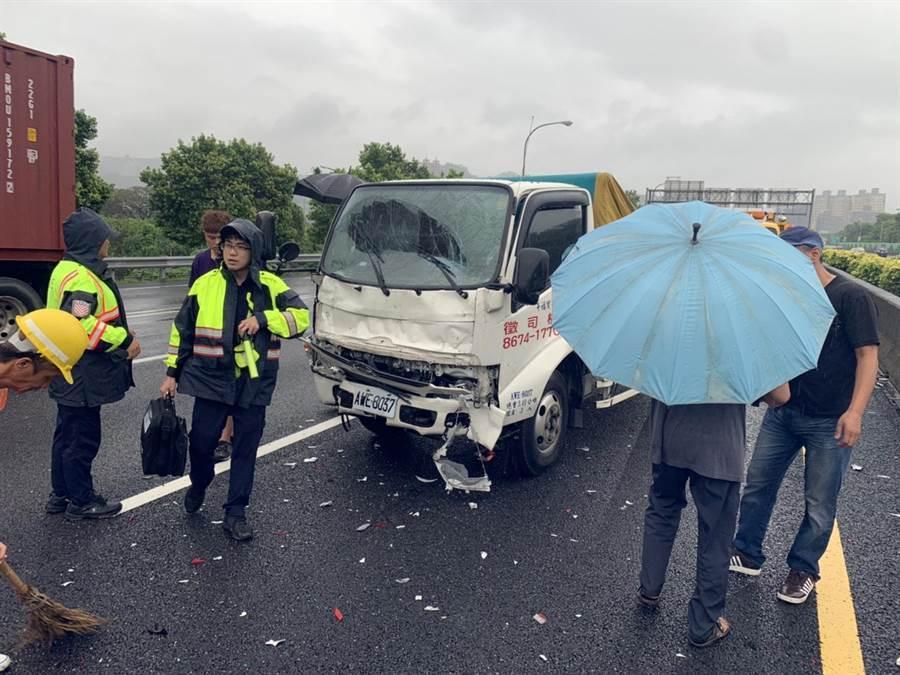 一輛軍用休旅車今(24日)下午2時許,行經新北市國道3號南下31公里處,遭另一輛小貨車追撞。(翻攝照片)