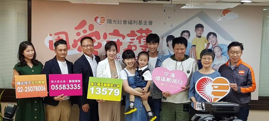 江宏傑(右四)、福原愛(左五)連續第二年為陽光基金會站台,和陽光孩子互動。(陳筱琳攝)
