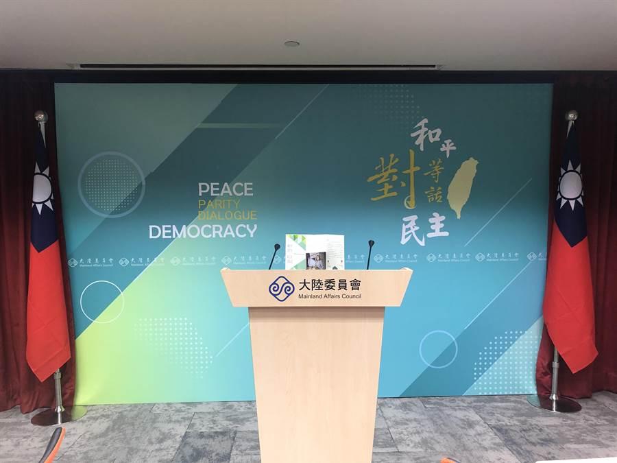 陸委會更換新聞室發言人講台背板,從原先印有「和平善意 以民為先」背板,換成寫著蔡總統八字箴言「和平、對等、民主、對話」的新背板。(許依晨攝)