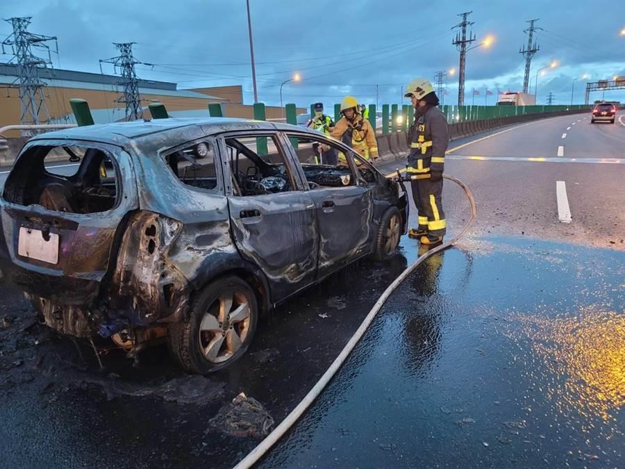國道5號南下54公里處,今下午有輛自小客車忽然起火燃燒,警消在10分鐘撲滅火勢,駕駛送醫無生命危險。(翻攝照片)