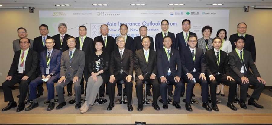 保發中心舉辦亞洲保險前瞻論壇,現場來了29位保險公司董事長、總經理等,金管會主委黃天牧(第一排左5)提醒大家響應新南向要先作好準備。圖/保發中心提供