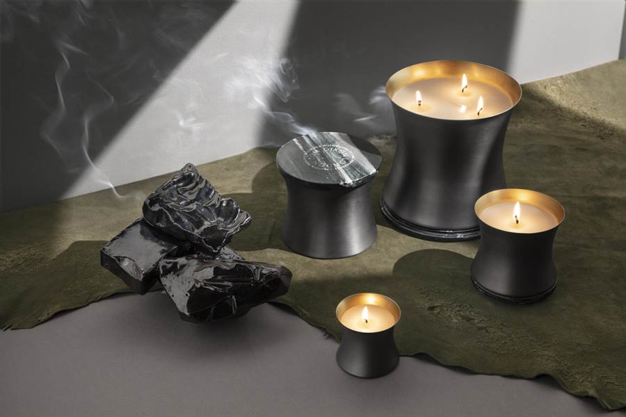 圖四:Tom Dixon_Eclectic Alchemy墨語煉金 金屬香氛蠟燭,前調:火藥、中調:黑胡椒、基調:麂皮。(明日選品提供)