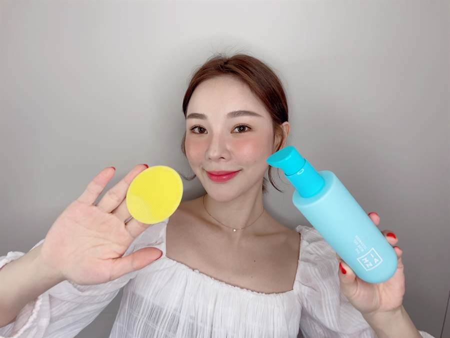 3INA全新推出肌膚低卡彩虹食譜「親肌LIFE保養系列」,快閃店開幕期間只要購買任一卸妝新品即可獲贈可愛的黃色洗臉刷。(圖/邱映慈攝影)