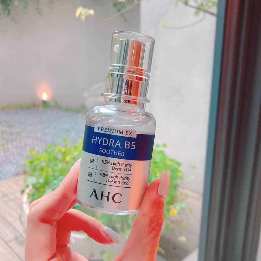 瞬效保濕B5玻尿酸精華液是這系列的明星商品,給予肌膚直達肌底的強大保濕力。(圖/邱映慈攝影)