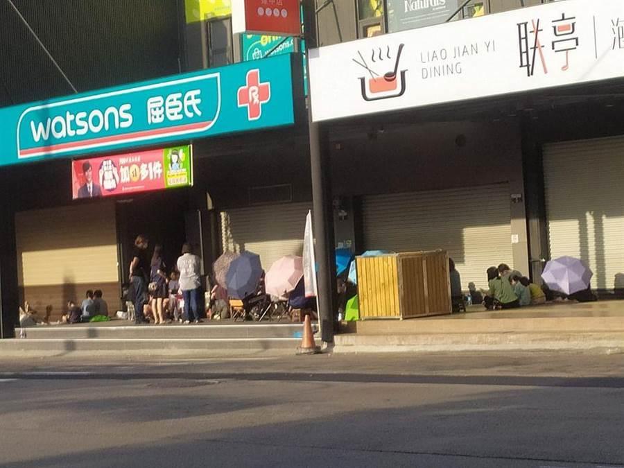 網友在臉書社團爆料,晚上經過北市某間連鎖藥妝店時,看到一排人躺在路邊,原來是口罩迷直接在店舖騎樓邊鋪起紙箱夜排。(摘自口罩現貨資訊社團)