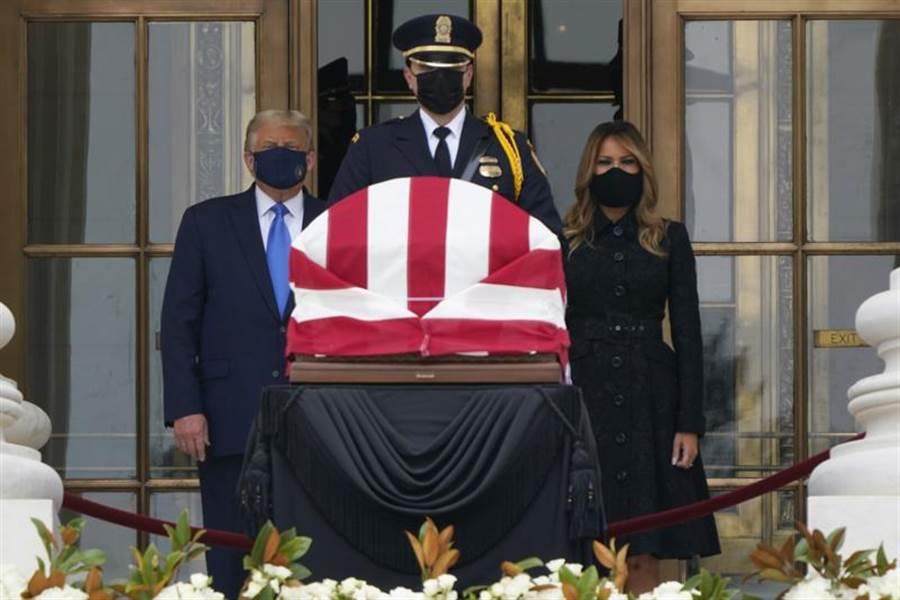 川普伉儷24日戴口罩,前往最高法院悼念已故大法官金斯柏格。(美聯社)