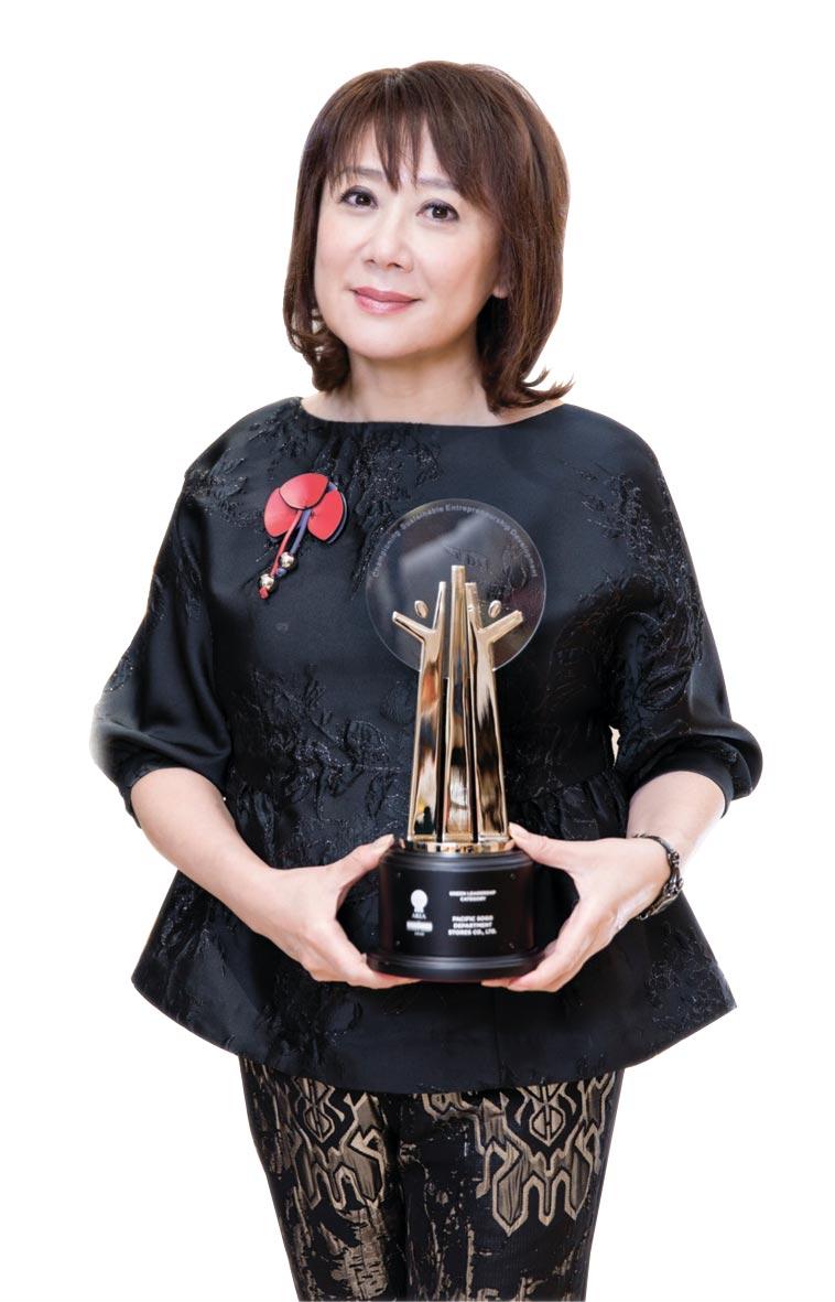 SOGO榮獲2020亞洲企業社會責任獎兩項大獎,董事長黃晴雯肯定同仁努力。圖/SOGO提供