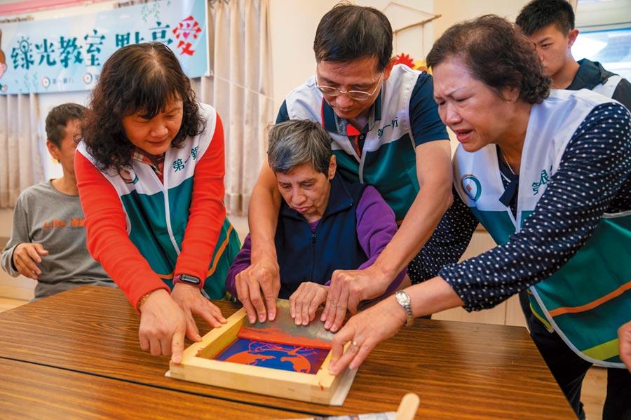第一銀行提倡節能永續 「綠光教室」照亮心希望。圖/第一銀提供