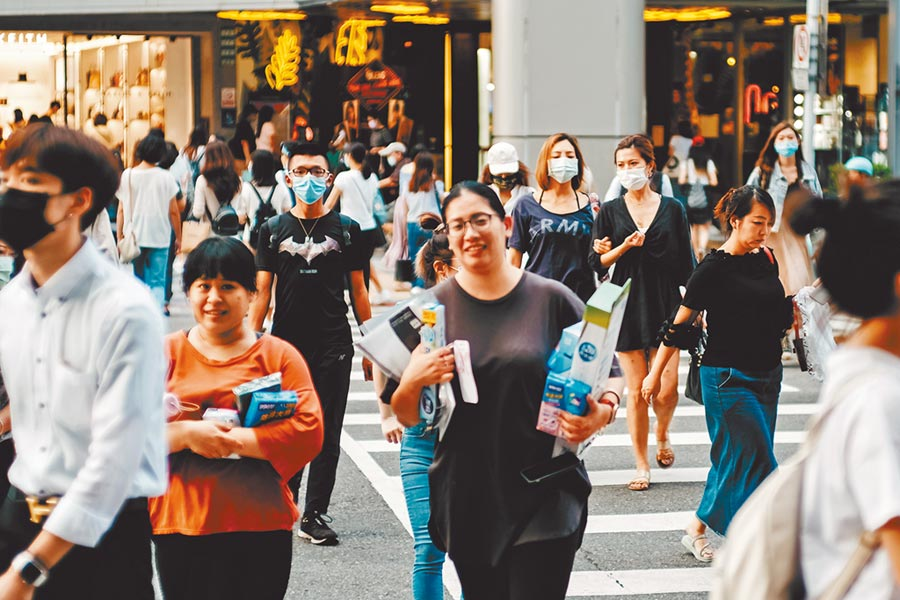 元大寶華上修今年經濟成長為1.63%。百貨、零售業絕處逢生,努力吸引疫情趨緩後的人潮。(本報資料照片)