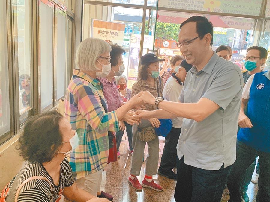 前新北市長朱立倫23日出席永和區重陽敬老活動,親切向銀髮長者們問好。(王揚傑攝)
