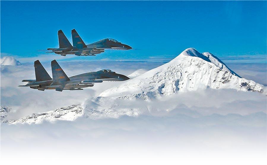 駐守西藏的殲-11B戰機編隊飛越高原雪線巡航。(取自大陸國防部官網)