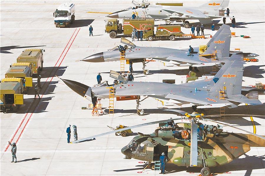 大陸西部戰區空軍的戰機及武裝直升機在高原上的某民航站修整。(取自大陸國防部官網)