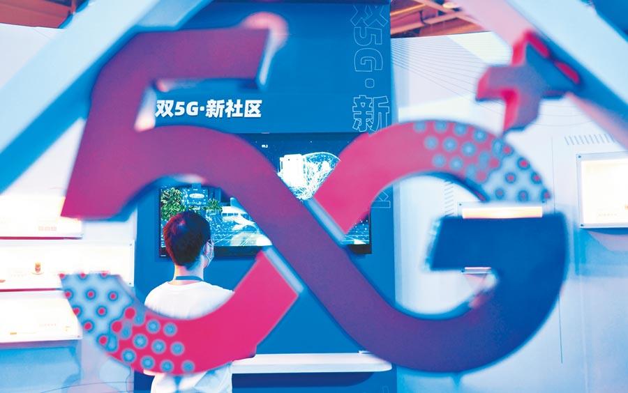 9月20日,中國(杭州)國際電子商務博覽會、浙江數交會、浙江商交會在杭州舉行,參觀者了解5G技術應用。(中新社)